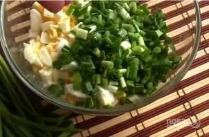 Салат с яйцом и луком - фото шаг 3