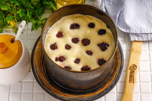 Бисквит с ежевикой - фото шаг 4