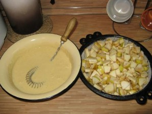 Шарлотка со сметаной и яблоками - фото шаг 6