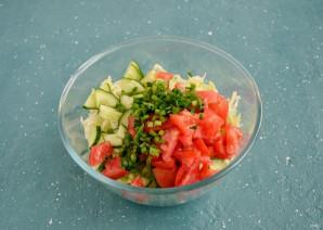 Салат с капустой, огурцом и помидором - фото шаг 3