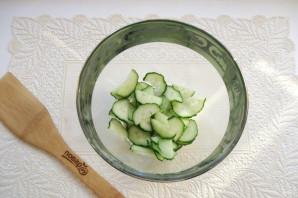Салат с помидорами, огурцами и сухариками - фото шаг 2