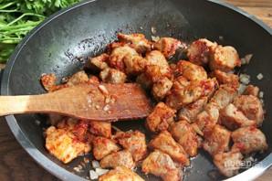 Тушеная картошка со свининой на сковороде - фото шаг 3