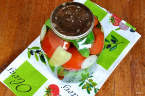 Ассорти из огурцов и помидоров на зиму - фото шаг 4