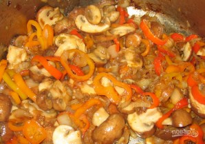 Курица в томатном соусе с грибами - фото шаг 3