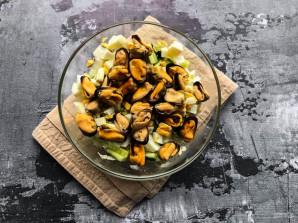 Салат с пекинской капустой и мидиями - фото шаг 5
