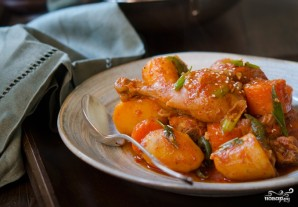 Курица, тушенная с луком и морковью - фото шаг 4