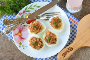 Яйца фаршированные килькой - фото шаг 7