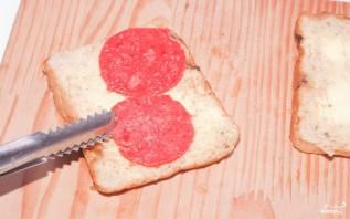 Бутерброд с сыром и колбасой в микроволновке - фото шаг 2