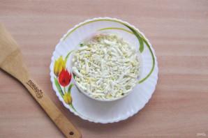 Слоеный салат с копченой горбушей - фото шаг 6