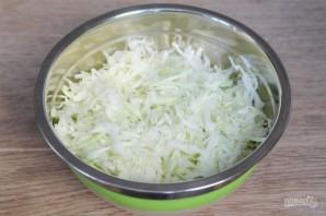 Салат из молодой капусты с чесноком и грецкими орехами - фото шаг 2