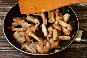 Салат с мясом и солеными огурцами - фото шаг 4