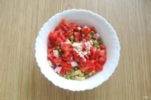 Салат с помидорами, сыром и зеленым горошком - фото шаг 6