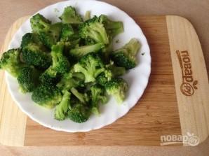 Салат с курицей, брокколи и моцареллой - фото шаг 1