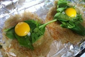 Запечённое яйцо с картофелем и шпинатом - фото шаг 4