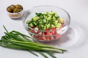 Салат с крабовыми палочками и оливками - фото шаг 2