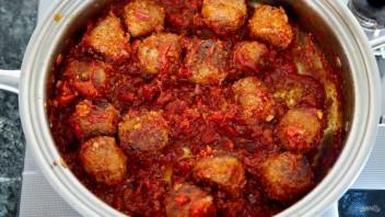 Спагетти с мясными шариками в томатном соусе - фото шаг 7