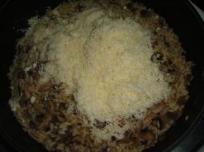 Ризотто с сыром и грибами - фото шаг 6
