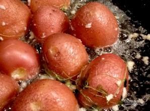 Картофель с чесноком на сковороде - фото шаг 3