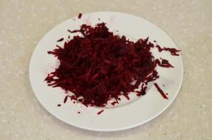Салат из свеклы с сыром и чесноком - фото шаг 2
