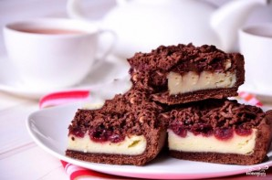 Шоколадный пирог с творогом и вишней - фото шаг 5