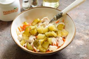 Салат с корейской морковью и маринованными огурцами - фото шаг 4