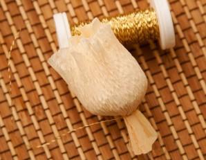 Букет из конфет с шампанским - фото шаг 7