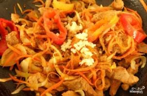 Теплый салат со свининой и овощами - фото шаг 5