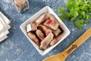 Салат с селедкой и маринованными огурцами - фото шаг 2