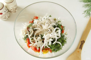Салат с куриной грудкой и маринованным луком - фото шаг 7