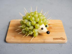 Ежик из винограда и груши - фото шаг 6