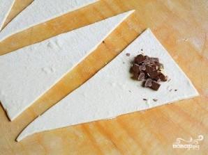 Круассаны из слоеного теста с шоколадом - фото шаг 2
