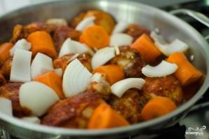 Курица, тушенная с луком и морковью - фото шаг 2