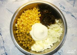 Салат из морской капусты с кукурузой - фото шаг 2