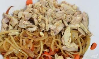 Салат с курицей и маринованными грибами - фото шаг 5