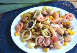 Салат из морепродуктов с фасолью, кукурузой и каперсами - фото шаг 6