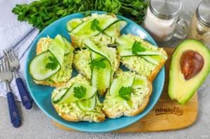 Бутерброды с авокадо и яйцом