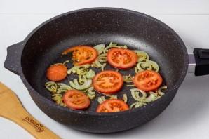 Яичница с помидорами и луком - фото шаг 2