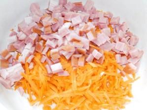 Морковный салат с яблоком, ветчиной и сыром - фото шаг 2