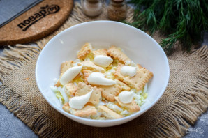 Салат с тунцом и крекерами - фото шаг 5