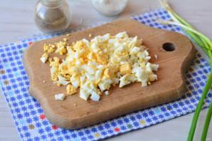 Помидоры фаршированные яйцами - фото шаг 2
