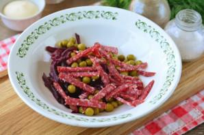 Салат с чипсами и копченой колбасой - фото шаг 4