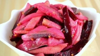 Салат из свеклы с сельдью и яблоком - фото шаг 7