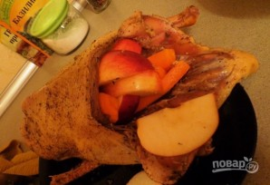 Утка в рукаве с яблоками - фото шаг 3