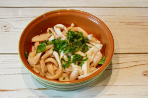 Салат с обжаренными кальмарами - фото шаг 5