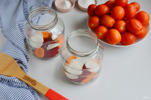 Консервированные помидоры со свеклой - фото шаг 3