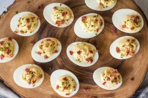 Фаршированные яйца с беконом - фото шаг 5