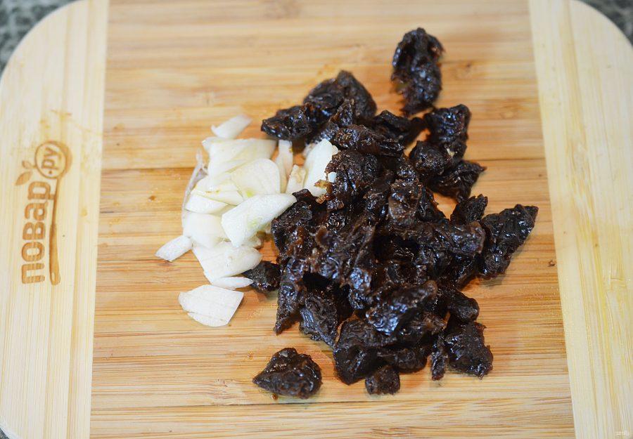 Кальмары, фаршированные грибами и черносливом