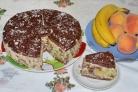 Шоколадный торт с фруктами