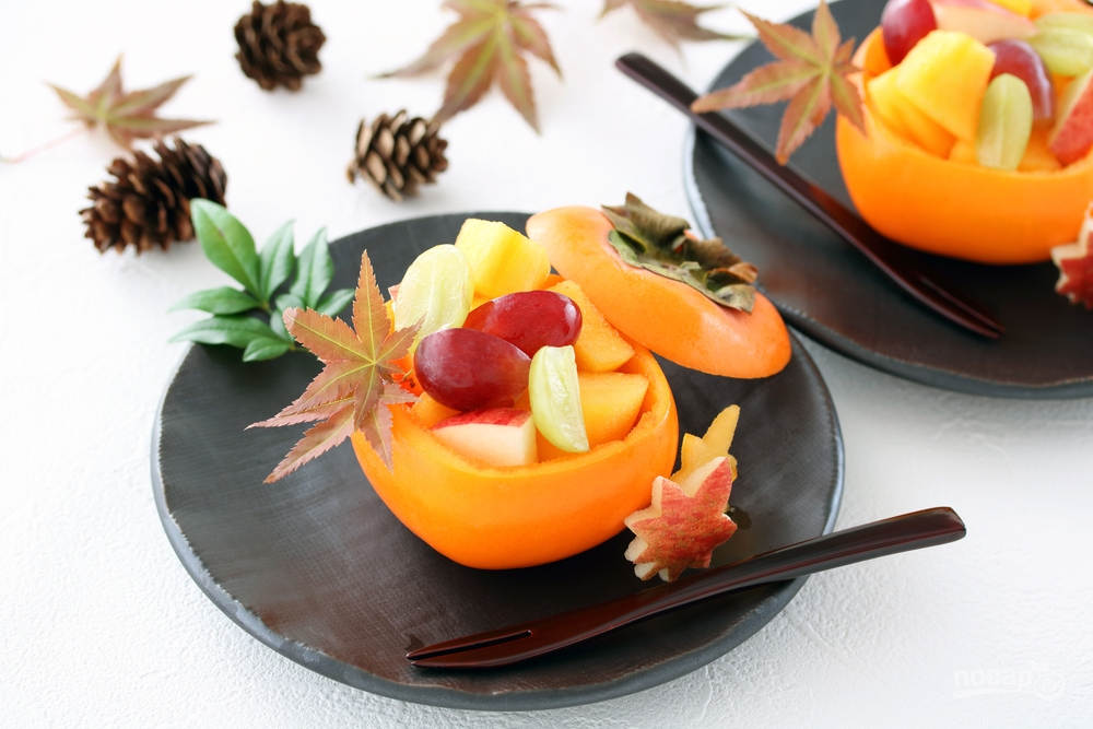 Десерт из хурмы, винограда и яблок