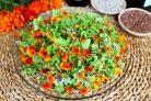 Салат с бархатцами и семечками